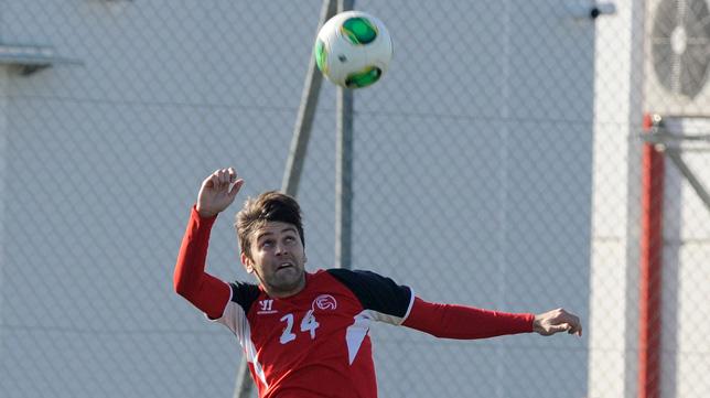 Rusescu cabecea un balón en un entrenamiento