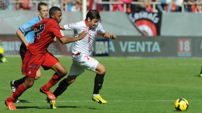 Rusescu conduce el balón en un partido ante Osasuna