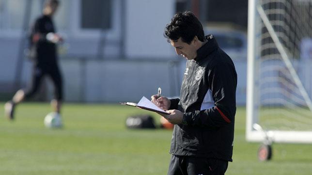 Emery, con un cuaderno durante un entrenamiento