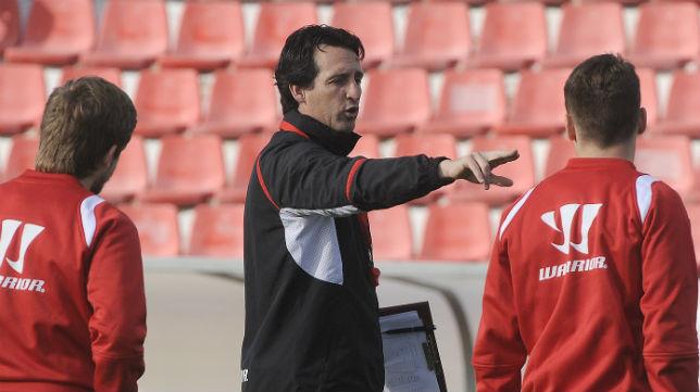 Unai Emery da indicaciones durante un entrenamiento en la ciudad deportiva
