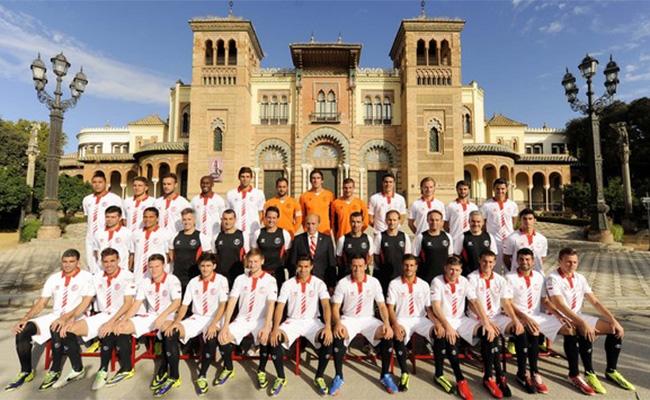 Foto oficial de la plantilla y el cuerpo técnico del Sevilla FC para la temporada 2013-14