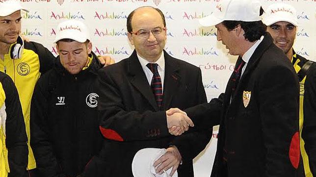 José Castro saluda a Emery en presencia de Vitolo, Alberto y Reyes