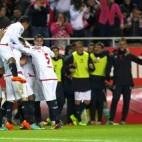 Los jugadores del Sevilla celebran uno de los goles ante el Betis en 2013