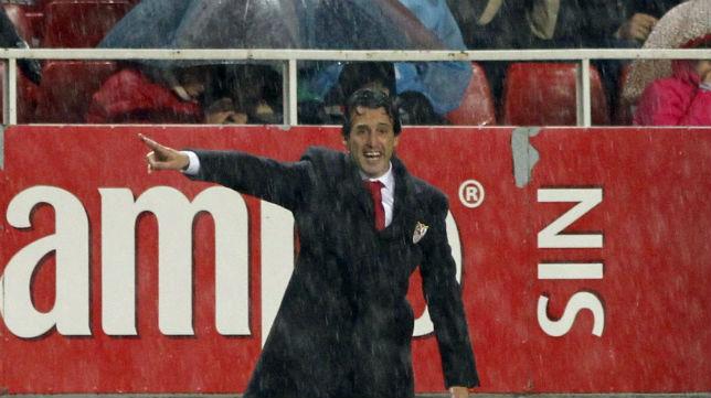 El preparador del Sevilla FC, durante el choque ante el Barcelona