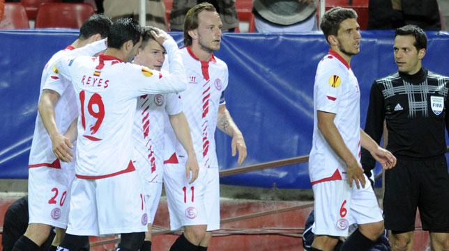 Varios jugadores celebran uno de los dos goles del Sevilla al Maribor