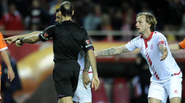 Rakitic reclama un penalti a Álvarez Izquierdo
