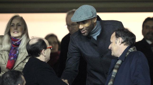 Kanouté saluda a Pepe Castro, en una de sus últimas visitas al Sánchez-Pizjuán