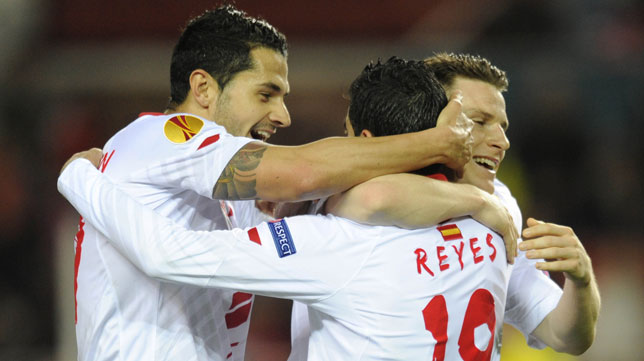 Vitolo y Gameiro celebran el gol de Reyes al Maribor