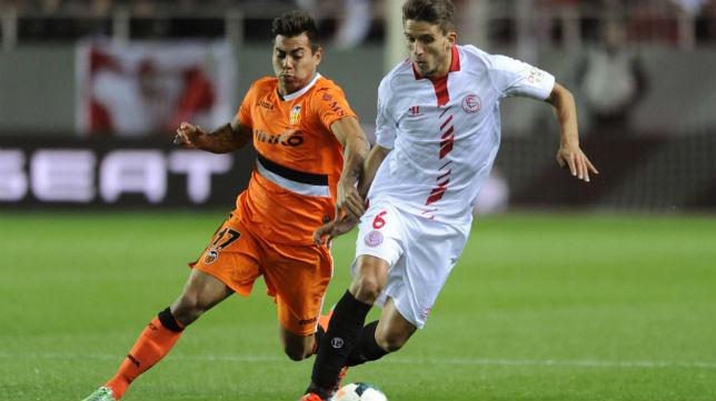 Vargas y Carriço, durante un lance del Sevilla FC-Valencia en el Sánchez-Pizjuán en la Liga