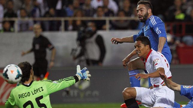 Bacca supera a Carvajal y bate a Diego López. FOTO: EFE