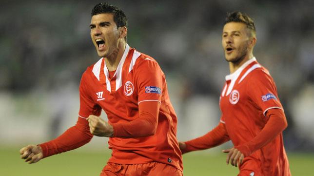 Reyes celebra el 0-1 ante el Betis en el choque europeo en Heliópolis