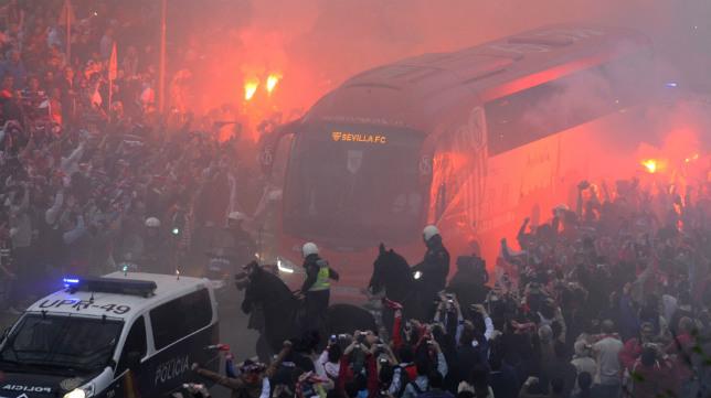 El autobús del Sevilla, rodeado por bengalas y afición sevillista. Foto: Juan José Úbeda