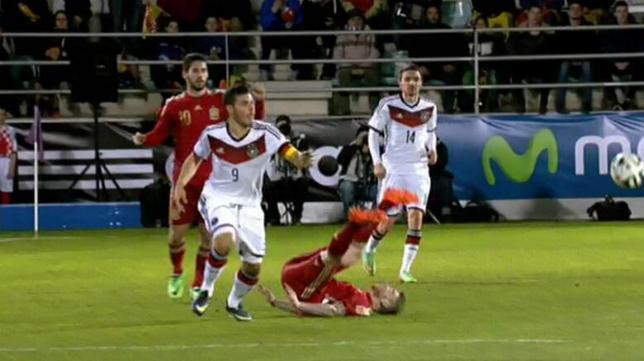 Alberto Moreno cae aparatosamente durante el España-Alemania sub 21
