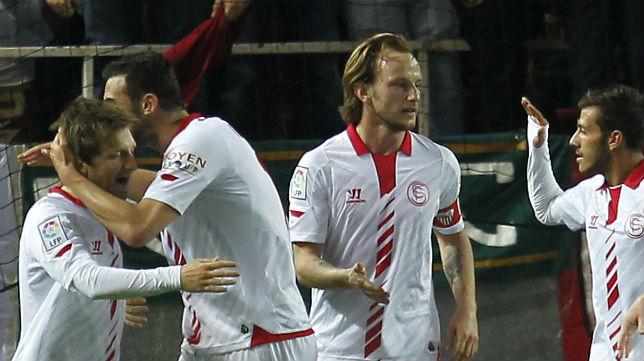 Marin, Iborra, Rakitic y Diogo celebran uno de los goles sevillistas al Valladolid