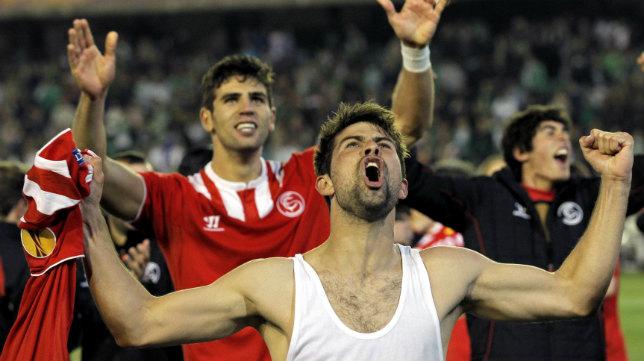Coke y Fazio celebran con los sevillistas el triunfo en el Euroderbi