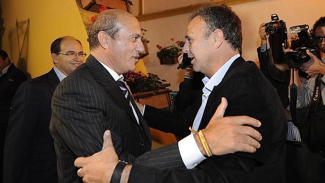 Del Nido y Caparrós se saludan en un acto. FOTO: abcdesevilla