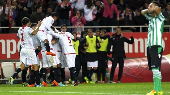 Los jugadores del Sevilla celebran uno de los cuatro goles marcados al Betis en la primera vuelta