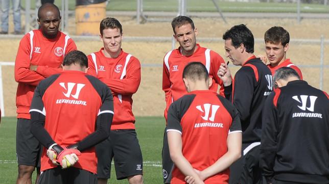 Emery, en una charla con sus jugadores en un entrenamiento. Foto: Jesús Spínola