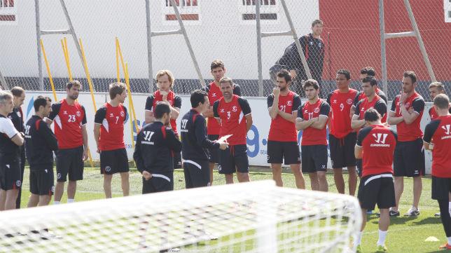 Unai Emery charla con sus jugadores