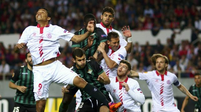 Los jugadores saltan en una acción del Euroderbi de la ida