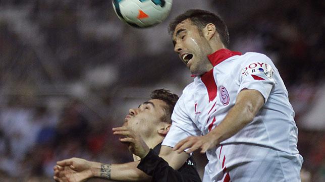 Fernando Navarro disputa un balón ante la Real