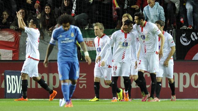 Bacca celebra junto a sus compañeros su primer gol al Madrid