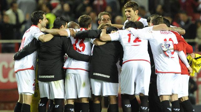 Piña de jugadores del Sevilla FC, imagen bastante común en los últimos partidos