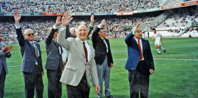 Homenaje del Sevilla en 1996 a los campeones de Liga