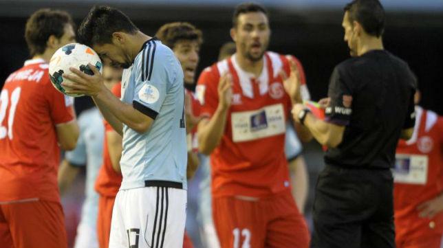 Iborra y Fazio protestan al árbitro con Nolito en primer plano