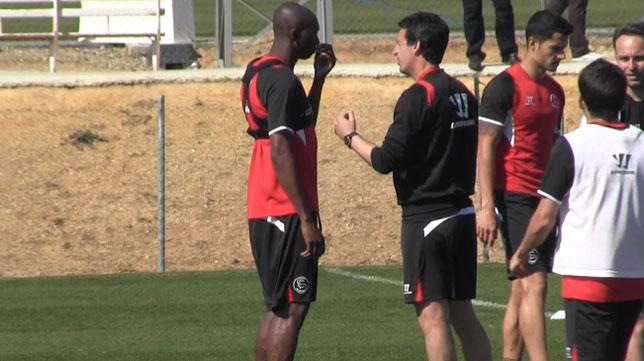 Mbia conversa con Emery durante un entrenamiento en la ciudad deportiva