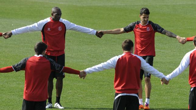 Mbia y Vitolo durante una sesión de entrenamiento
