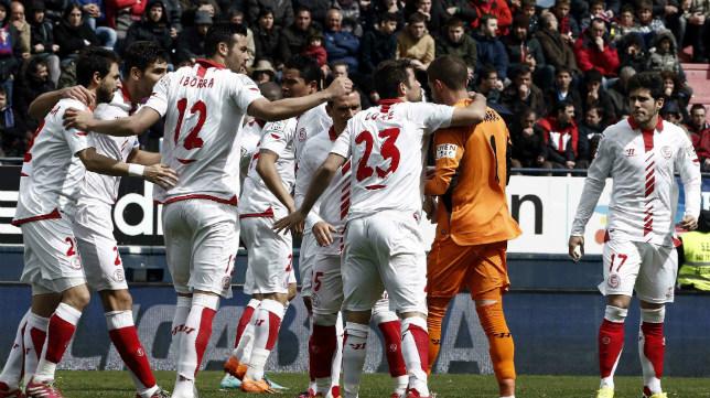 Los jugadores celebran la victoria en Pamplona