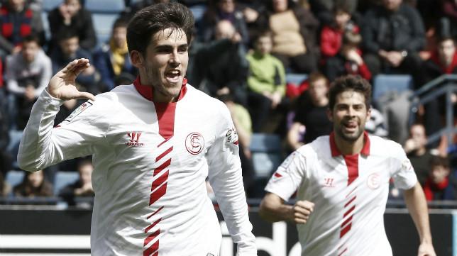 Jairo celebra el primer gol sevillista en El Sadar