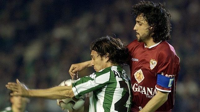 Pablo Alfaro disputa un balón con Alfonso en un Betis-Sevilla