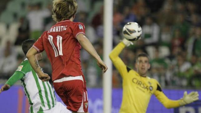 Rakitic bate a Adrián en el último derbi disputado en el Villamarín