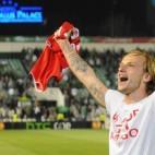 Rakitic celebra la victoria en el derbi con los aficionados