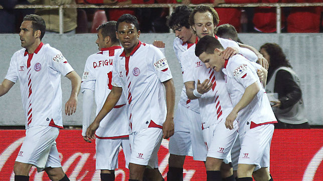 Los jugadores sevillistas celebran el gol de Gameiro ante la Real