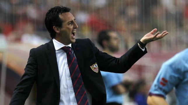 El técnico vasco gesticula durante el choque liguero ante el Valladolid en Nervión