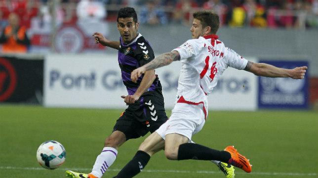 Alberto centra un balón en el choque ante el Valladolid