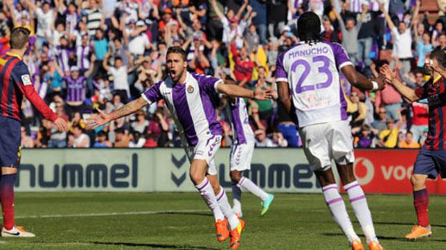 Los jugadores del Valladolid celebran el tanto que les dio la victoria ante el Barça