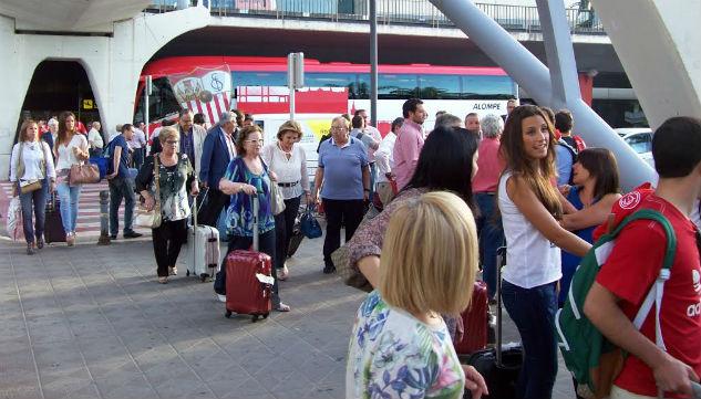 Aficionados del Sevilla a la llegada a Valencia