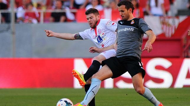 Alberto Moreno lucha con Stuani en el Sevilla-Español