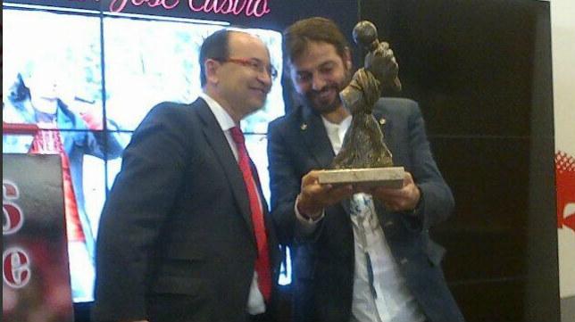 José Castro entrega un recuerdo a Javier Labandón 'El Arrebato'. Foto: SFC