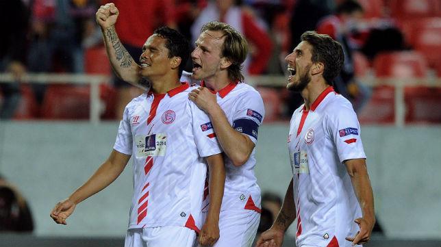 Bacca, Rakitic y Carriço celebran el gol ante el Valencia