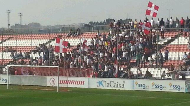 Los Biris acudieron a la ciudad deportiva para animar al Sevilla Atlético