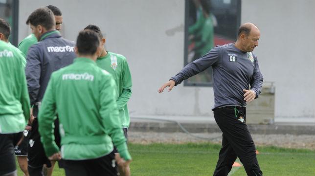 El entrenador del Real Betis, Calderón, durante un entrenamiento