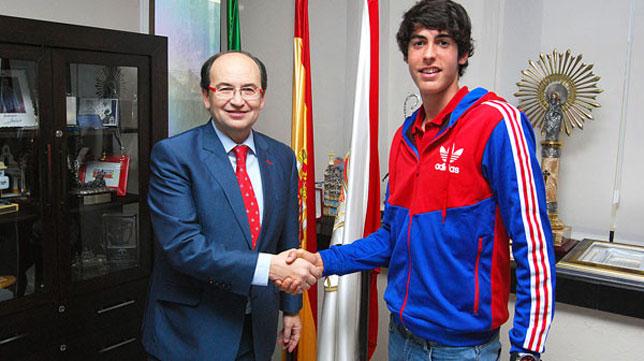 Carlos Fernández, junto a José Castro, tras la firma de la renovación. FOTO: @SevillaFC