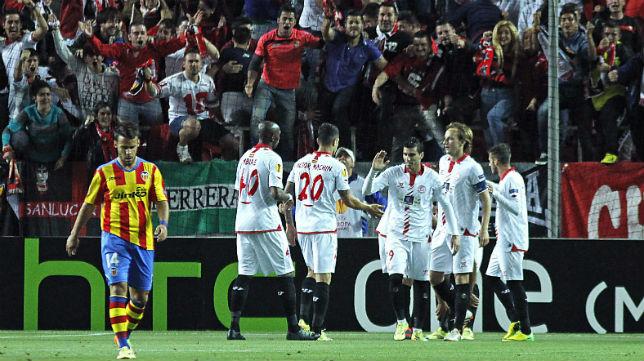 Celebración del Sevilla de uno de los goles ante el Valencia