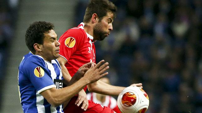 Coke pugna por un balón en el partido de ida frente al Oporto