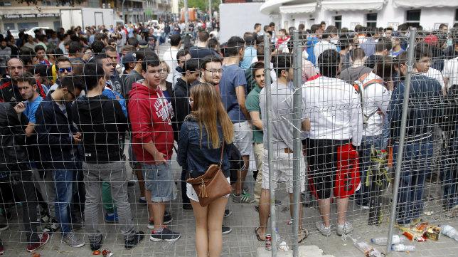 Aficionados del Valencia hacen cola para sacar sus entradas para Sevilla